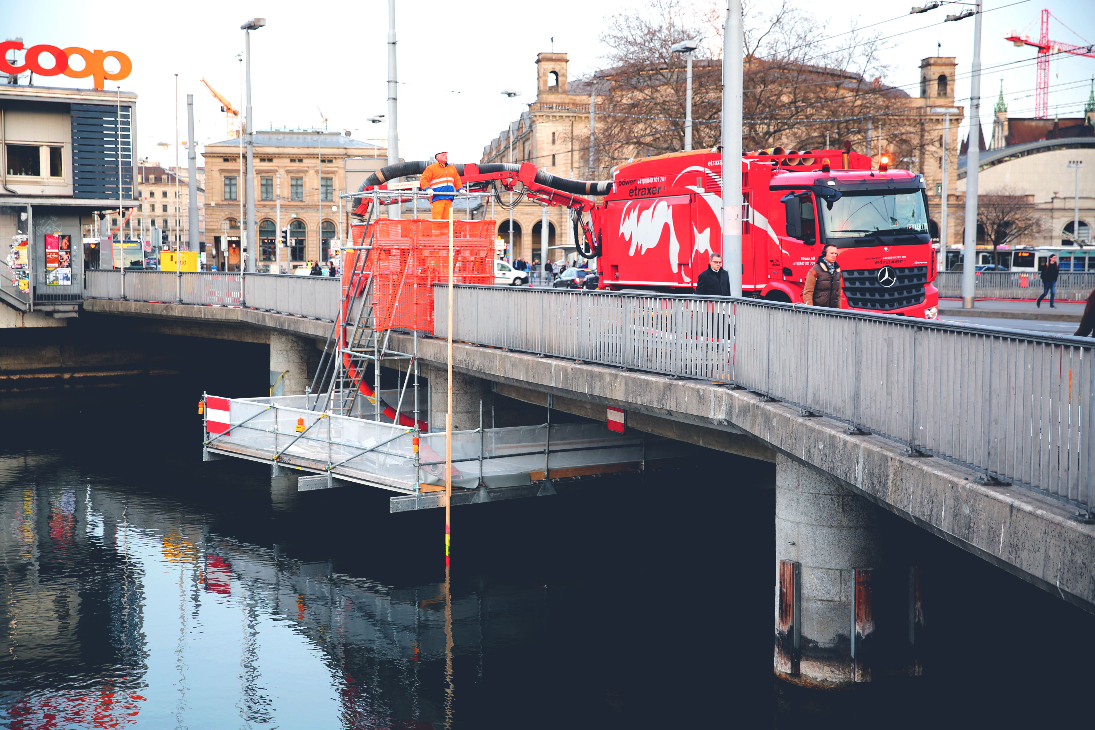 Saugbagger etraxa Bahnhofbrücke